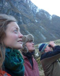 """Slutten av oktober gjekk me til Vassbyggdi og prøvde å finne geitene opp på fjellet. Me fann dei høgt oppe, men dei kom raskt ned når husdyrlæraren Even (til høgre med kikkert) ropte på dei: """"komma dao""""."""