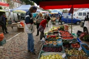 Gabriel skuer over lekre råvarar på bondens marknad i Pultusk