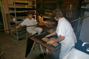 På økologisk gardsbakeri med vedfyring som baker 800 brød i veke og leverer til butikker i Warszawa.