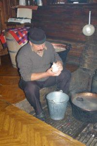 """Fjellbonde som lager """"oscypec"""", ost av sauemelk, på fjellgard utanfor Zakopane"""