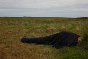 Sove ute under åpen himmel - Når det nærmer seg sommer, trenger man ikke telt. Du kan bare bruke sovepose og underlag, og kanskje en duk øver.