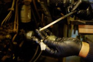 Etter at gitt olje mengde er fylt på vert starta opp og får gå til oljetrykkslampa sloknar. Deretter ventar ein ei lita stund før oljemenga vert peila for å sjekke att nivået er riktig.
