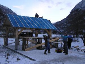 Då er taket tett for vinteren. Skifer på taket blir krona på verket utpå nyåret