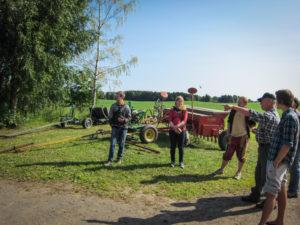 Rune Myrseth viser nokre av maskinane på Fokhol Gård