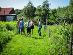 Anja Bruland viser fram Øverland Andelslandbruk i Bærum