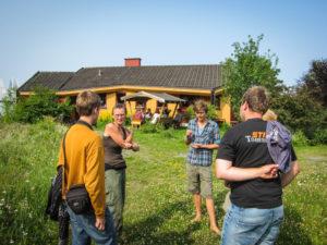 Sabina Baronova viser drivhusert på Solborg Camphill.